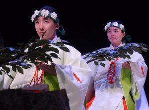 Apeiginis šinto vaidilučių (miko) šokis | Alkas.lt, J. Vaiškūno nuotr.
