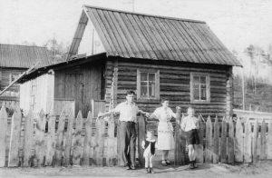 Adelė ir Aleksandras Kupriai su vaikais Išimboje, Krasnojarsko kr., 1953 m. Iš Rimanto Kuprio archyvo | LNM nuotr.