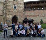 Kelionės dalyviai prie Lucko pilies   Užsienio lietuvių studentų klubo nuotr.