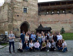 Kelionės dalyviai prie Lucko pilies | Užsienio lietuvių studentų klubo nuotr.