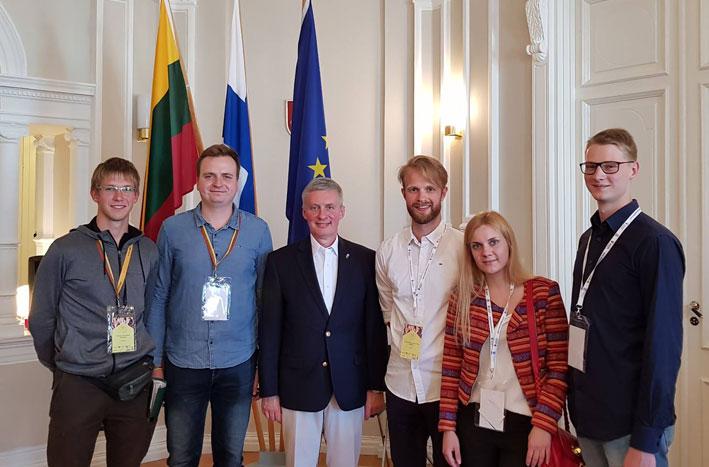 LLJS delegatai (nuo kairės) Povilas Galinskas, Aidis Staskevičius, Tomas Marcinkevičius, Irena Kovalevska, Raimundas Makauskas su Lietuvos ambasadoriumi Suomijoje Valdemaru Sarapinu   Punskas.lt nuotr.