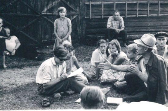 Norbertas Vėlius rašo tautosaką iš Jono Makselės. Zervynų k., Marcinkonių apyl., Varėnos r., 1963 m. LTRFt 1424 | V. Miliaus nuotr.