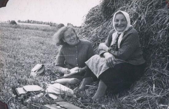 Dalia Šilainytė rašo tautosaką iš Liucijos Vičinienės. Geručių k., Žeimelio apyl., Pakruojo r., 1965 m. LTRFt 1516 | V. Miliaus nuotr.