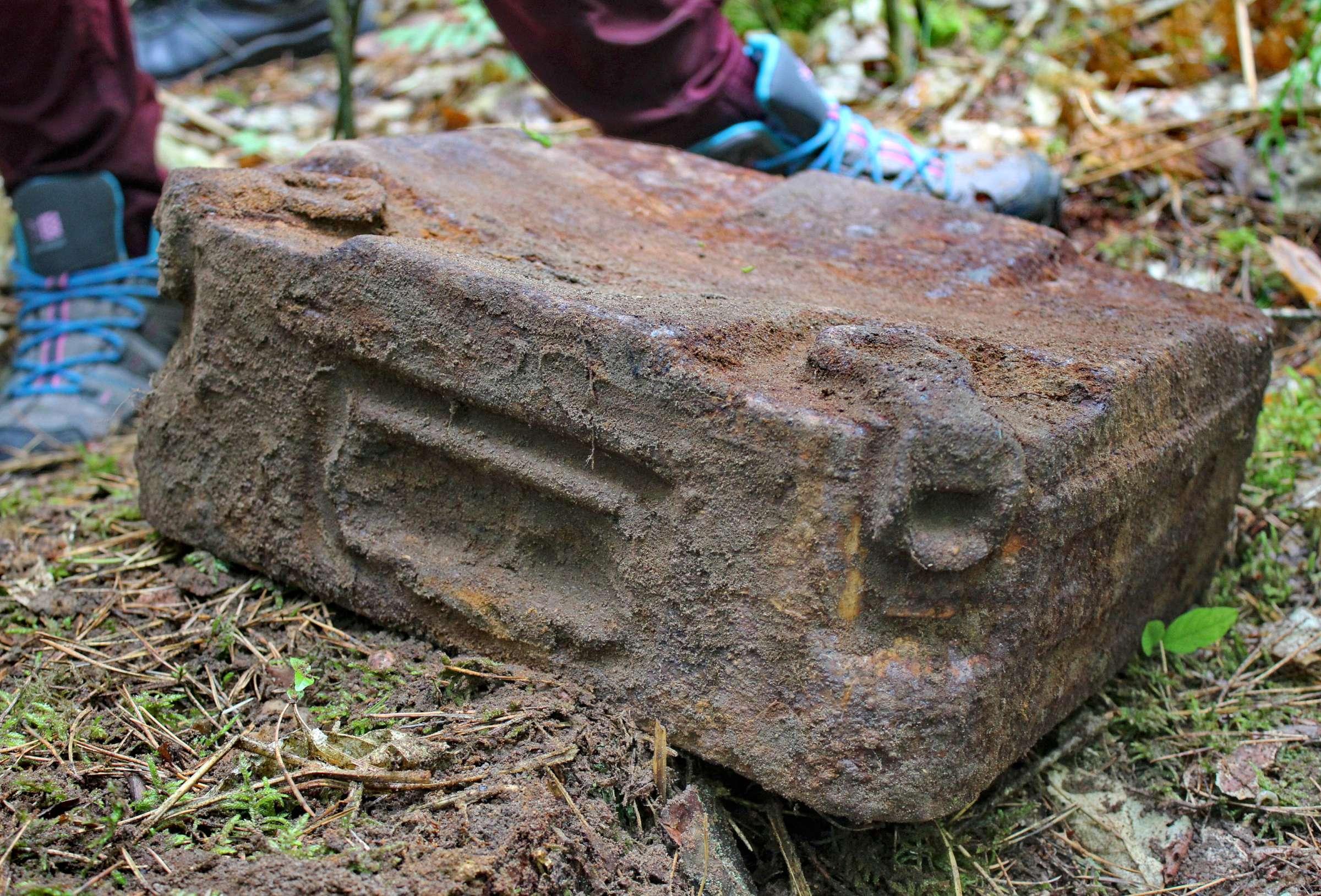 Vokiška Antrojo pasaulinio karo metų dėžė nuo minos. Joje aptiktas plastikinis vokas su dokumento likučiais | V. Vaitkevičiaus nuotr.