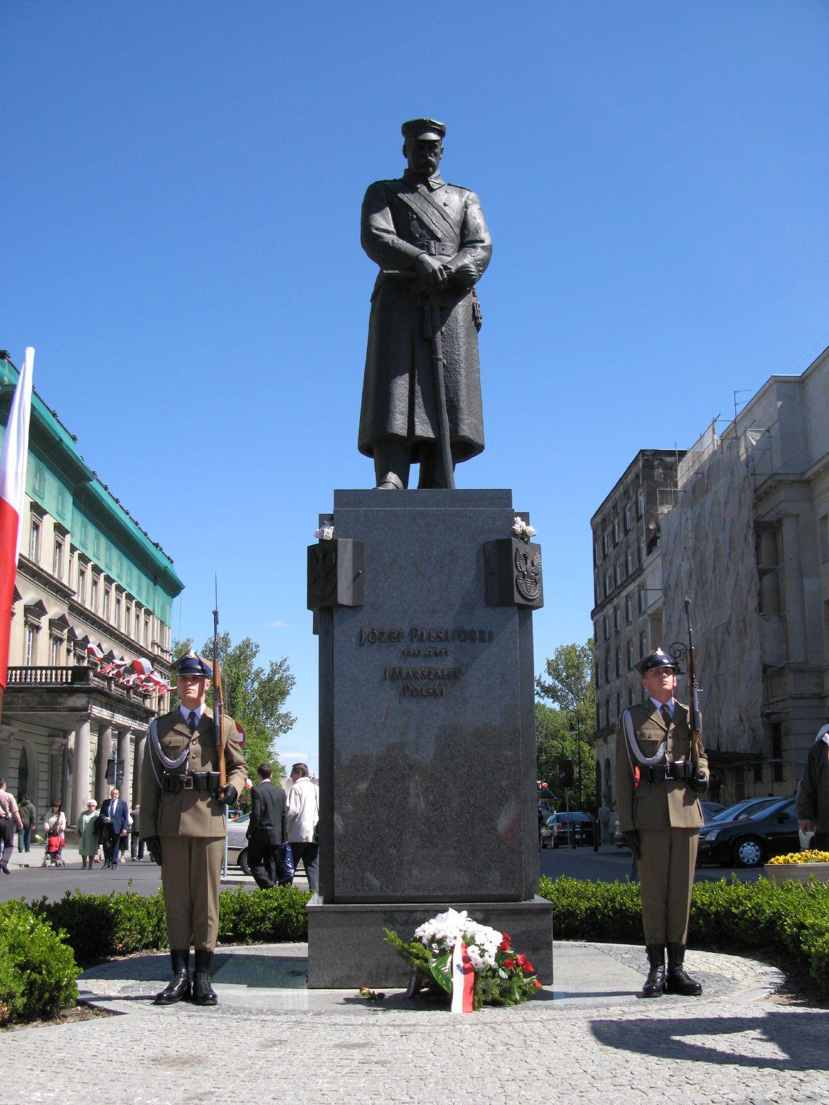 2. Realistinis, atpažįstamas J. Pilsudskio paminklas Varšuvoje priešais jo vardu pavadintą aikštę, viename aikštės centrinės ašies ašigalyje (pastatytas 1995 m.) | Wikipedia.org nuotr.