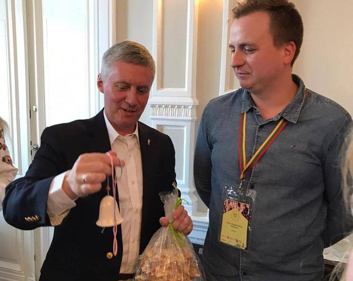 Ambasadoriui LLJS pirmininkas Aidis Staskevičius įteikė šakotį iš mūsų krašto ir atminimo varpelį   Punskas.lt nuotr.