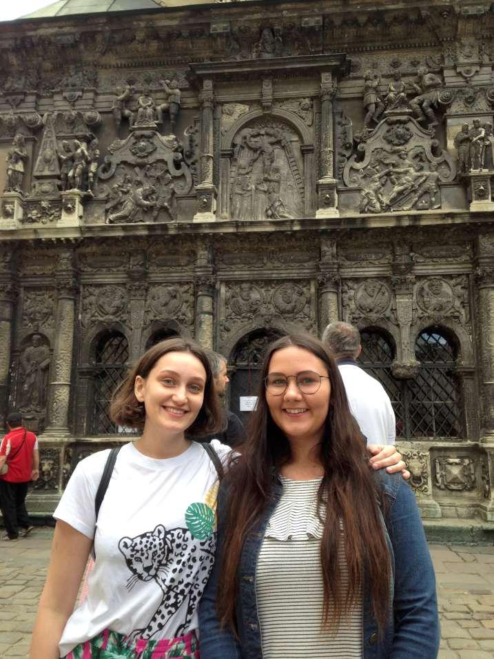 Sesės Dalia ir Asta iš Lenkijos prie vienos iš daugelio Lvovo bažnyčių | Užsienio lietuvių studentų klubo nuotr.