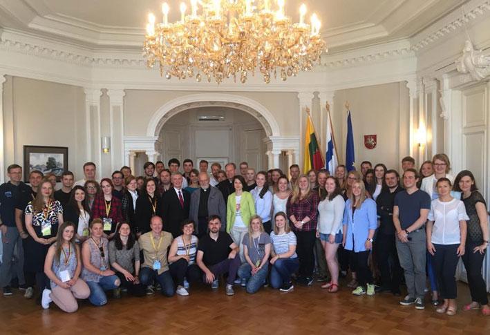 Visų delegatų bendra nuotrauka su PLB nariais ir dviem buvusiais PLJS pirmininkais – arkivysk. G. Grušu ir kun. A. Saulaičiu | Punskas.lt nuotr.