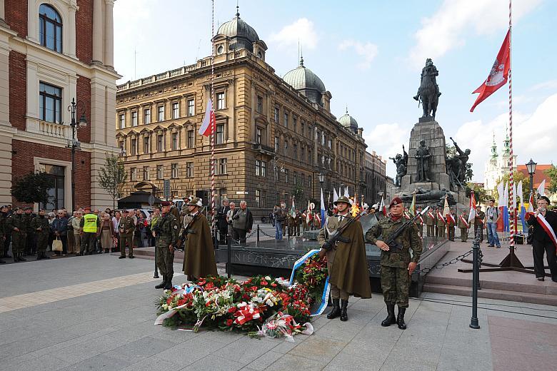 4. Nežinomo kario kapas Krokuvoje prie Žalgirio paminklo J. Mateikos aikštėje su liesnojančia ugnimi | Wikipedia.org nuotr.