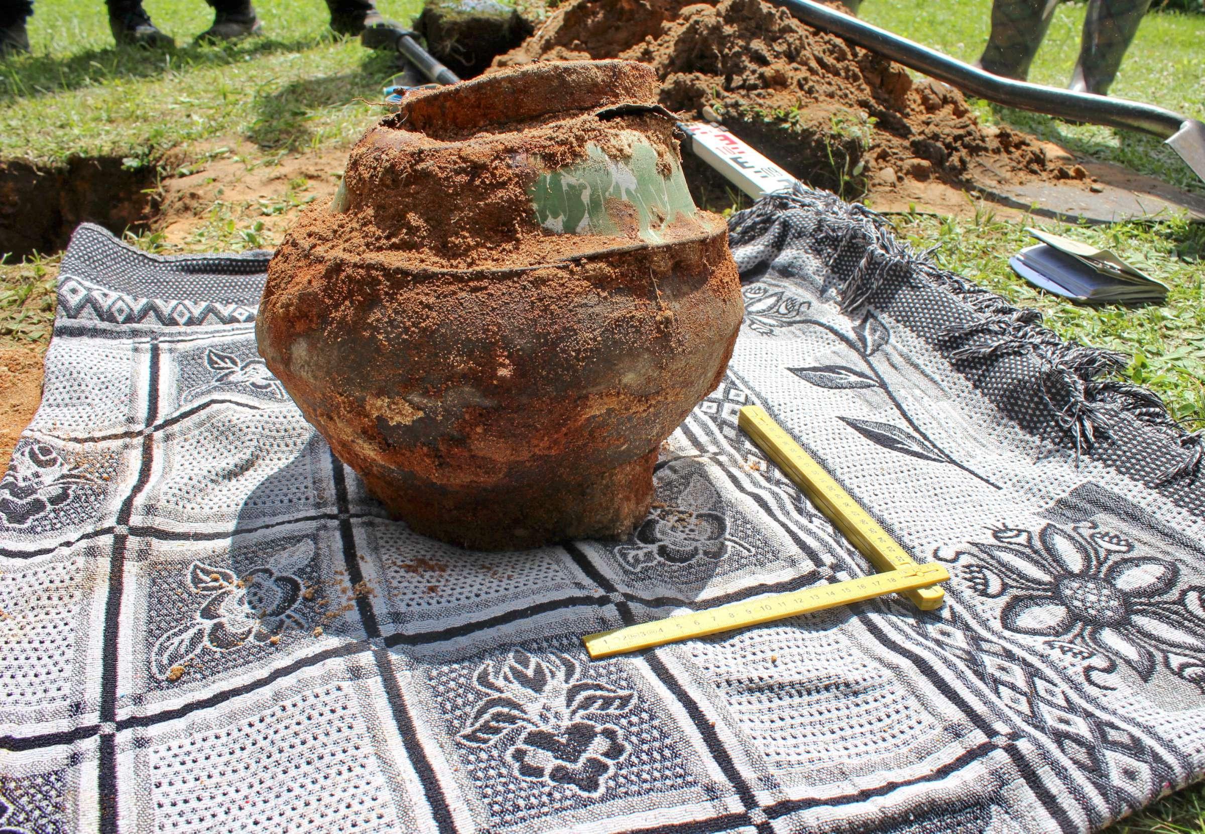 Rastasis metalinis indas su paslaptimi iš arti, iškėlus iš žemės | V. Vaitkevičiaus nuotr.