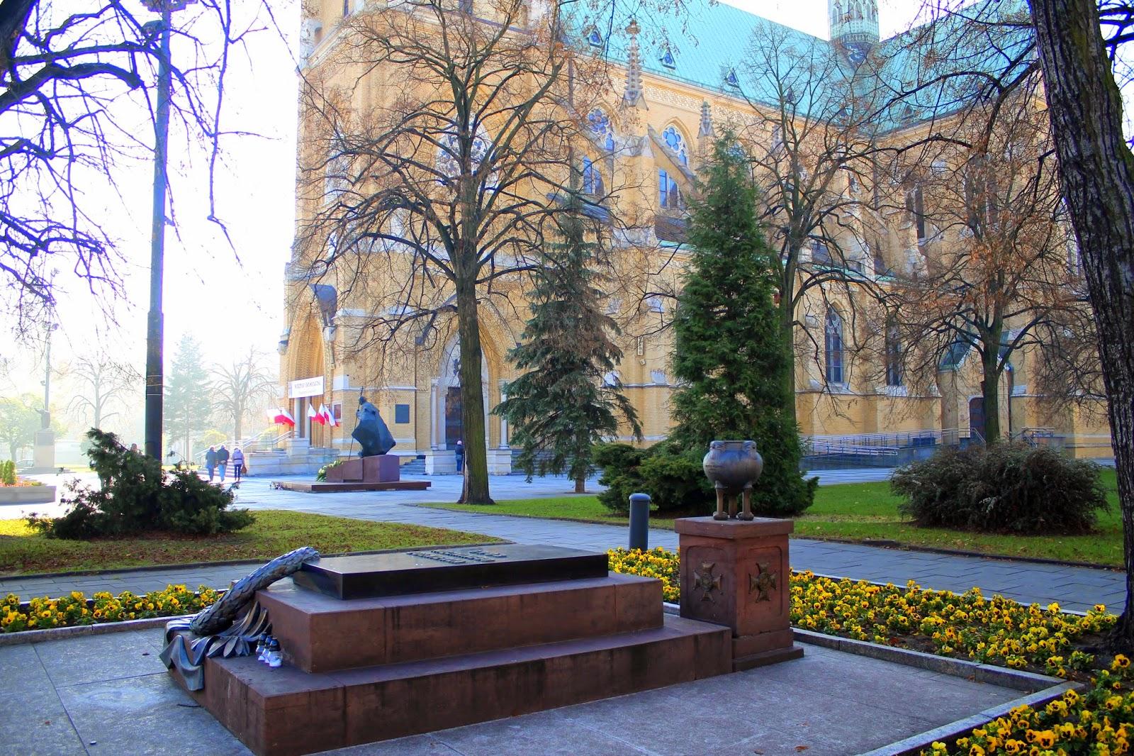 5. Nežinomo kario kapas Lodzėje, Katedros aikštėje. Toliau matyti realistinis popiežiaus Jono Pauliaus II paminklas | Wikipedia.org nuotr.