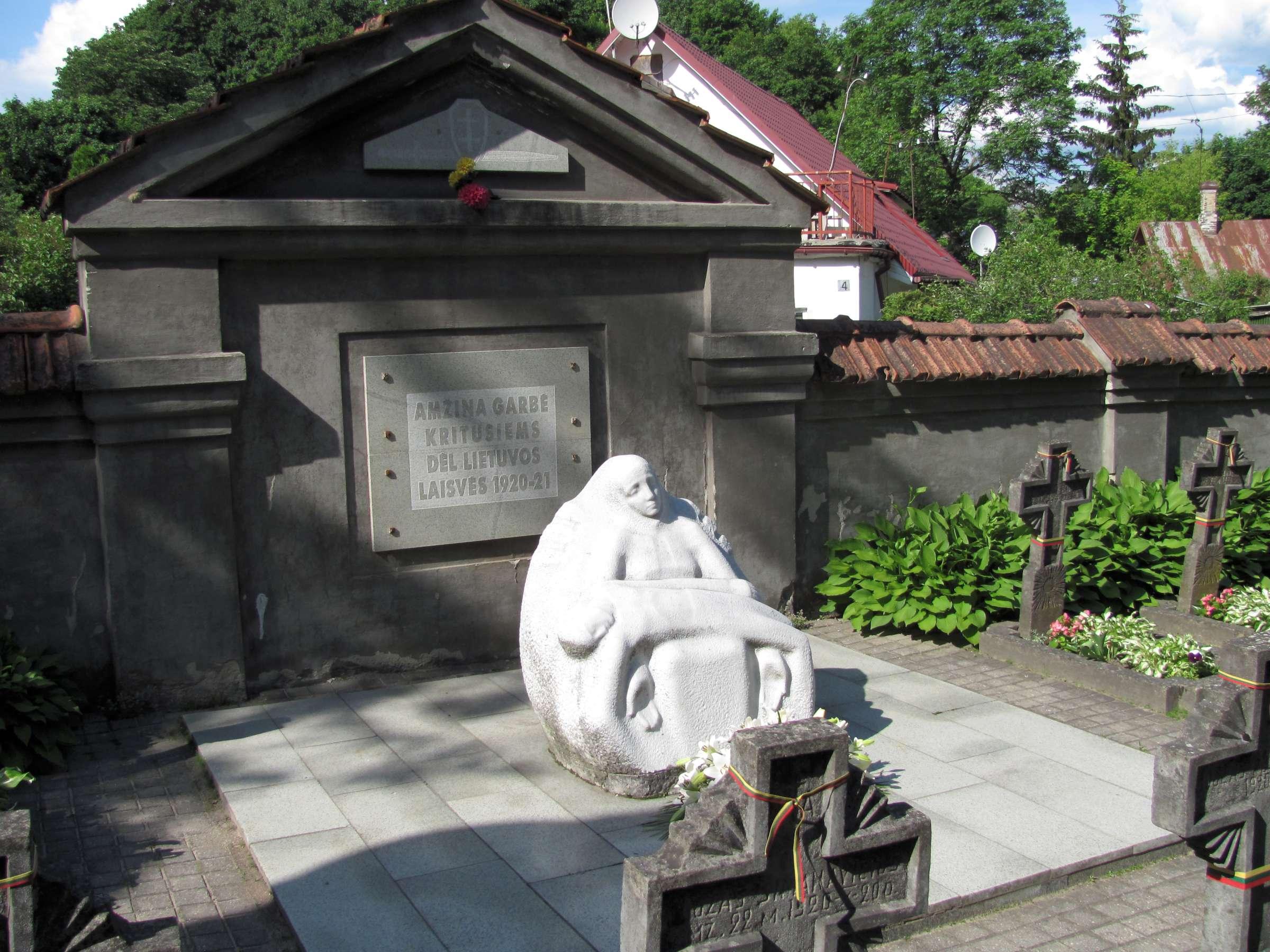 8. N. Gaigalaitės skulptūra Rasų kapinėse | B. Puzinavičiaus nuotr.