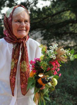 Žymioji tautosakos pateikėja iš Gervėčių krašto Marija Mažeikienė, visų meiliai vadinama Maniute, susiruošė į Žolinės atlaidus. 2011-ieji. | A. Baltėno nuotr.