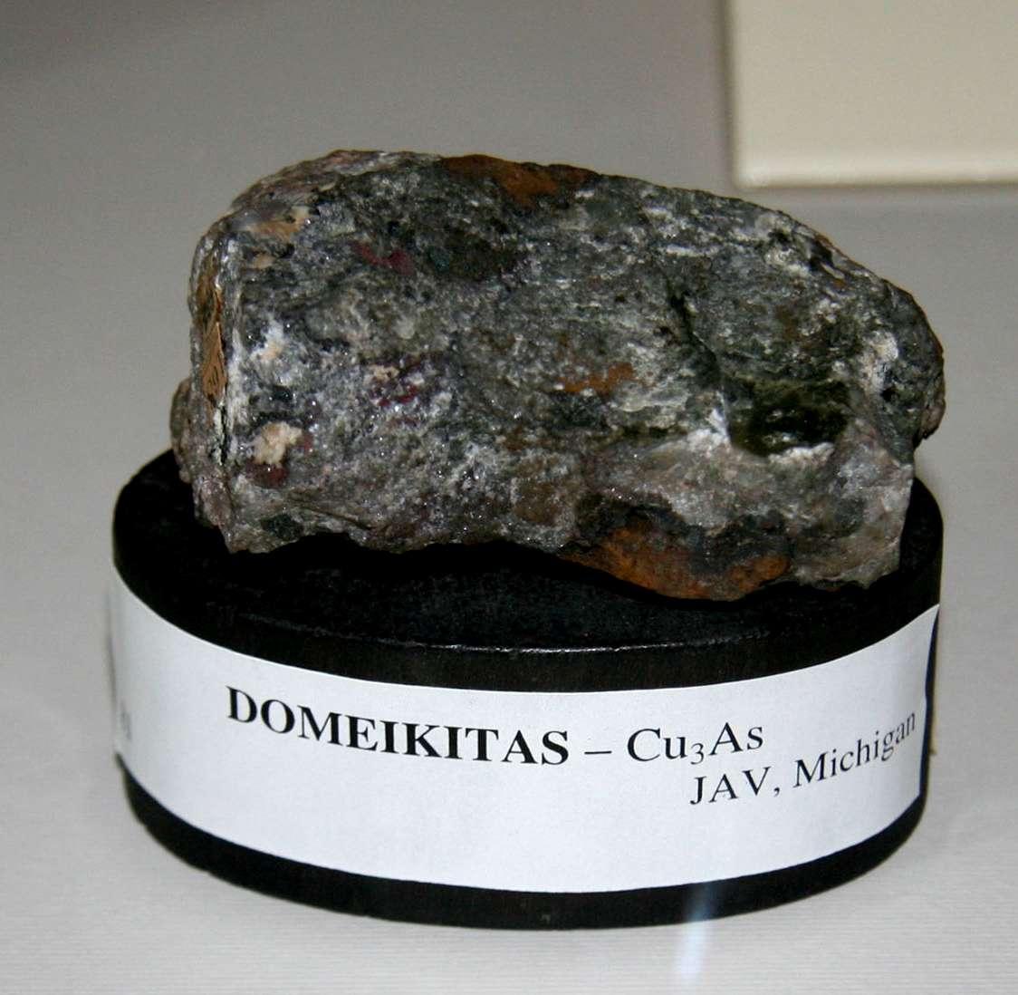 Mineralas domeikitas, pavadintas mineralogo Ignoto Domeikos garbei-K100