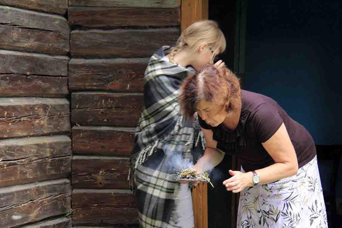 Petkevičius mokslinių ekspedicijų metu įvairiose tradicinėse gydymo praktikose dalyvauja stebėdamas. Gydomoji smilkymo apeiga. R. Petkevičiaus nuotr. Gervėčiai, Baltarusija, 2012 | R. Petkevičiaus nuotr.