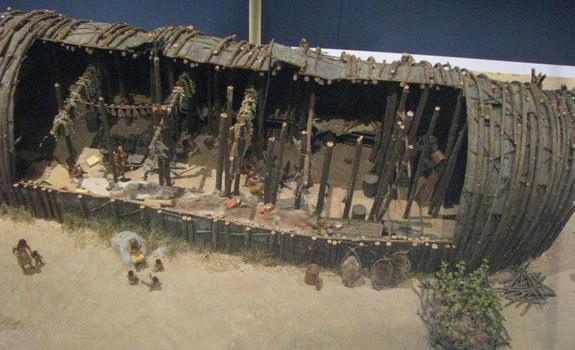 Buvusio ilgojo namo rekonstrukcijos modelis muziejuje | Wikipedia.org