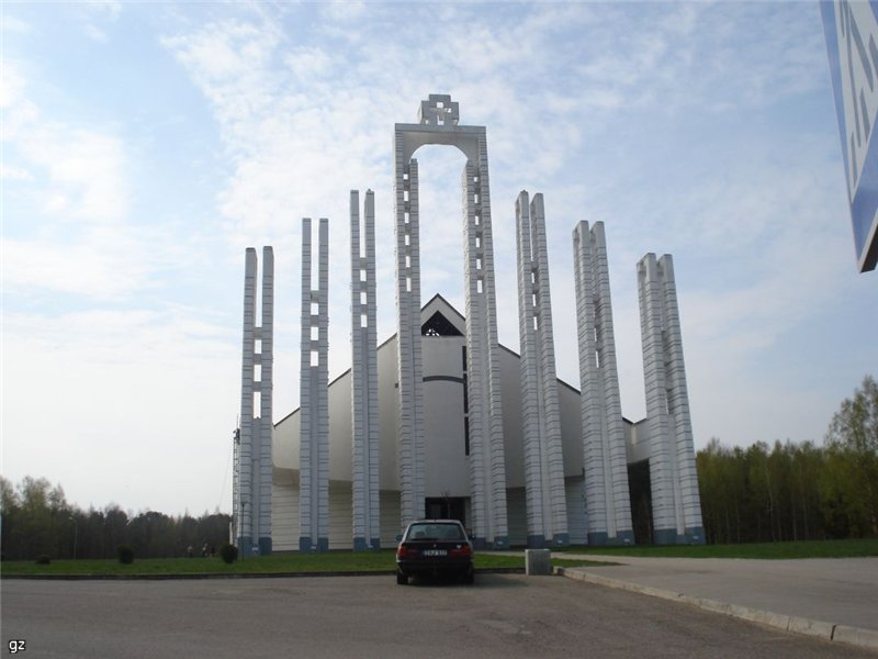 13. Stačiakampė arka su kryžiumi priešais Elektrėnų bažnyčią. 1996 | Wikipedia.org nuotr.