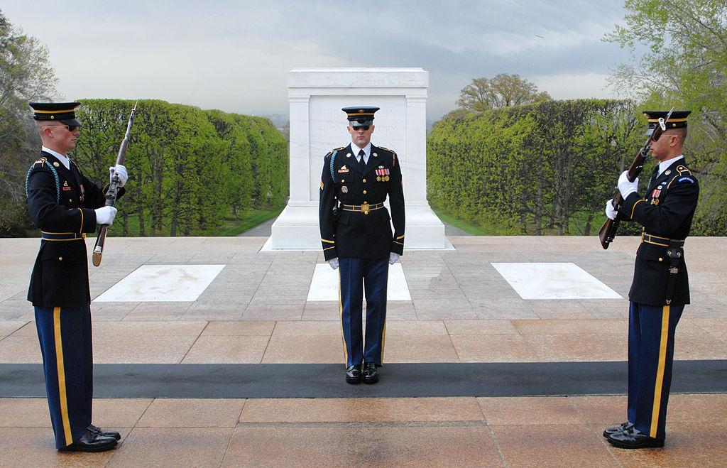 4. Garbės sargybos pasikeitimo ceremonija prie nežinomų karių kapų Arlingtono karių kapinėse (JAV) | Wikipedia.org