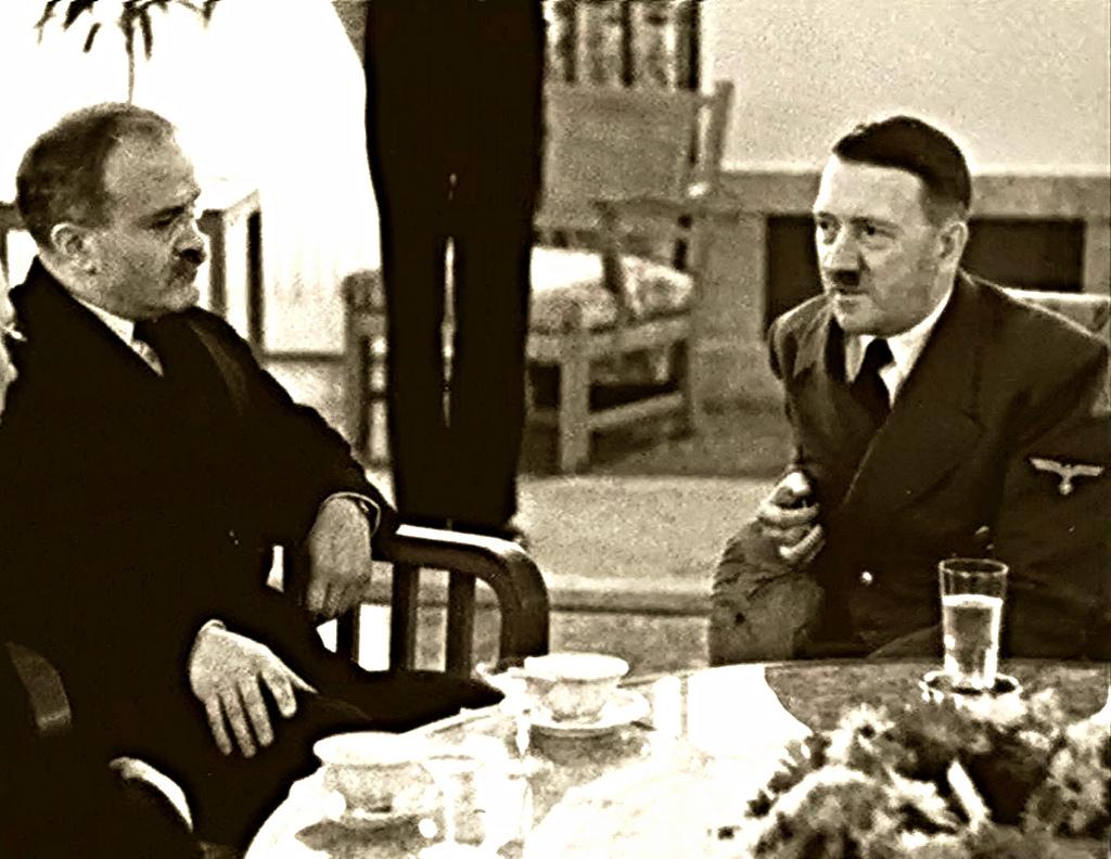 1940 m. lapkritis. Sovietų užsienio reikalų liaudies komisaras Viačeslavas Molotovas Berlyne draugiškai kalbasi su vokiečių tautos vadu Adolfu Hitleriu | Archyvinė nuotr.