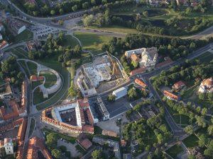 Neregėtas Vilniaus senamiiesčio niokojimas – daugiabučių statybvietė Misionierių ansamblyje iš oro baliono | M. Matulevičiaus nuotr.