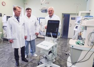 Nacionalinio vėžio instituto onkologai (iš kairės į dešinę) gydytojas onkologas radioterapeutas dr. Ernestas Janulionis, gydytojas urologas Alvydas Vėželis, gydytojas urologas dr. Albertas Ulys