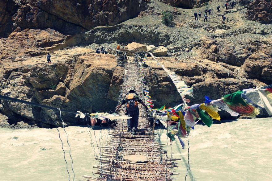 aurimas-virzintas-kartu-su-kitais-savanoriais-diege-elektra-atokiame-himalaju-kaime-59896de4a71cb