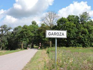 Tiltas per Garuozės upelį ties Garuoza ir Garuozos kelio ženklas (Bauskės krašte) | Alkas.lt, G. Balčiūnaičio nuotr.