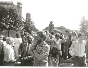 1987 m. rugpjūčio 23-ioji. Prie Adomo Mickevičiaus paminklo Vilniuje Lietuvos patriotai pirmą kartą viešai pasmerkė Molotovo–Ribentropo paktą, atėmusį iš Baltijos šalių laisvę | Archyvinė nuotr.