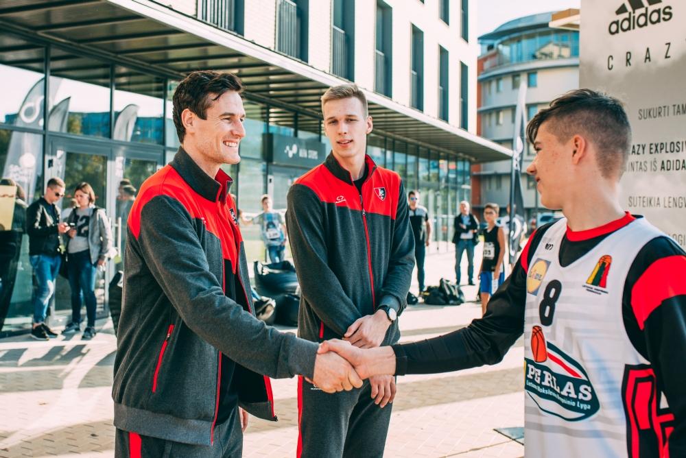 """""""Peršok savo ribą"""": šuolio varžybose, dalyviams padėjo ir Rolandas Mackevičius, ir Dainius Šalenga"""