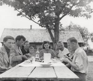 Paskutiniai pietūs Lietuvoje. Gale stalo sėdi advokatas Juozas Stonaitis su žmona | LNM, V. Augustino nuotr.
