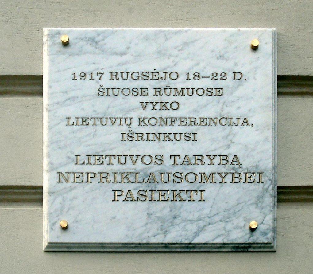 Vilniaus konferencijos atminimo lenta ant Lietuvos rusų dramos teatro sienos | Wikipedia.org nuotr.