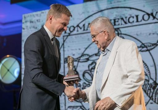 Remigijuis Šimašius sveikina Tomą Venclovą | Vilniaus sav. nuotr.