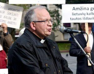 Kunigas Robertas Grigas TALKOS mitinge prie Vinco Kūdirkos paminklo Vilniuje 2017-09-22 d. | J. Česnavičiaus nuotr.