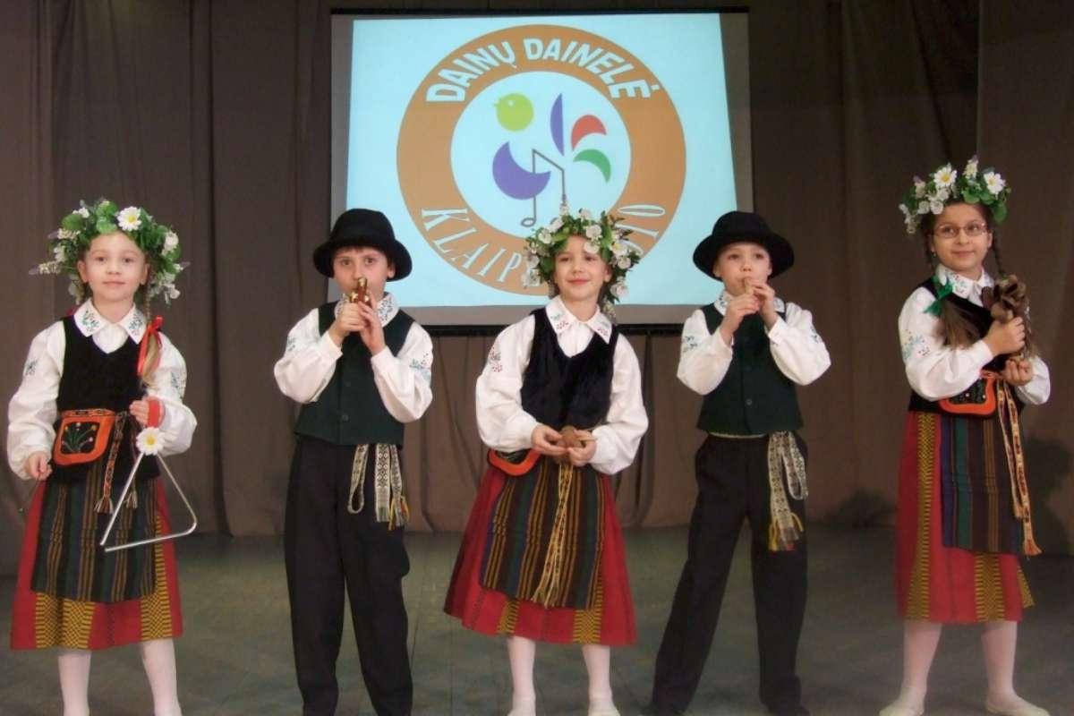 """Volungiukai """"Dainų dainelės"""" pasirodyme televizoje. 2010 m.   R. Būdinavičienės nuotr."""