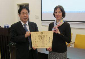 Dr. Daliai Svambarytei iteiktas Japonijos uz. minis. garbes raštas_vu.oc.lt