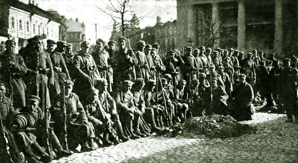 Lenkų okupantai Vilniaus rotušės aikštėje 1920 m. | Wikipedia.org nuotr.
