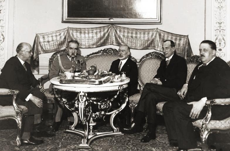 Iš kairės į dešinę: Žiulis Larošas, Juzefas Pilsudskis Prancūzijos užsienio reikalų ministro Lui Bartu (Louis Barthou), Lenkijos užsienio reikalų ministras Juzefas Bekas (Józef Beck) ir Janas Šembekas (Jan Szembek), L. Bartu vizito Lenkijoje metu, 1934 m. balandžio mėn. | Wikipedia.org nuotr.