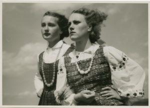 Tautiniais drabužiais apsirengusios merginos. XX a. 4 deš. V. Augustino nuotr.