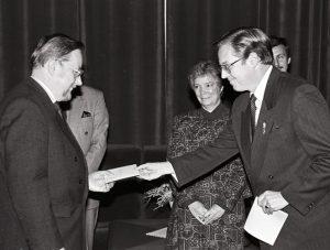 Pirmasis Jungtinės Didžiosios Britanijos ir Šiaurės Airijos Karalystės pasiuntinys Lietuvoje Maiklas Pertas (Michael J. Peart) 1991 m. spalio 17 d. įteikia skiriamuosius raštus Aukščiausiosios Tarybos Pirmininkui Vytautui Landsbergiui   Archyvinė nuotr.
