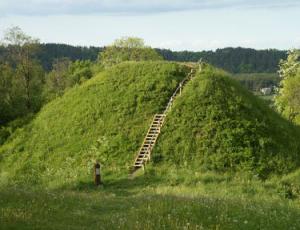 Pyplių piliakalnį kasinėję archeologai rado įdomių radinių | Kauno rajono savivaldybės nuotr.