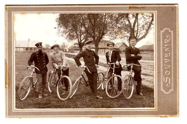 P. Tarasenka su bičiuliais Alantos apylinkėse apie 1913 m. Iš dešinės į kairę: pirmas -P. Tarasenka, trečias—Juozas Gruodis, ketvirtas – Juozas.Karosas | Lietuvos literatūros ir meno archyvo nuotr.