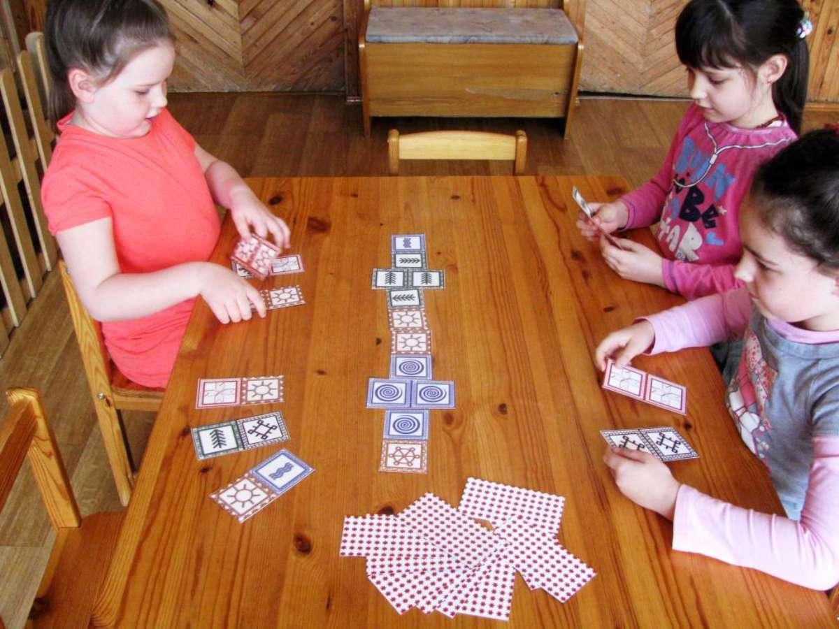 Žaidimas domino su baltiškais ženklais   R. Būdinavičienės nuotr.