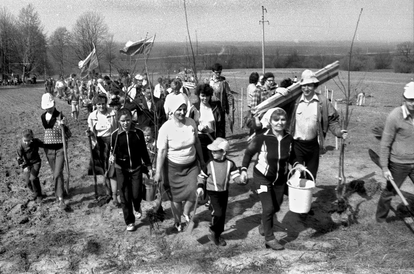 1989 pavasaris. Sodinamas Tautos Atgimimo Ąžuolynas Ožkabaliuose | R.Čėplos nuotr.