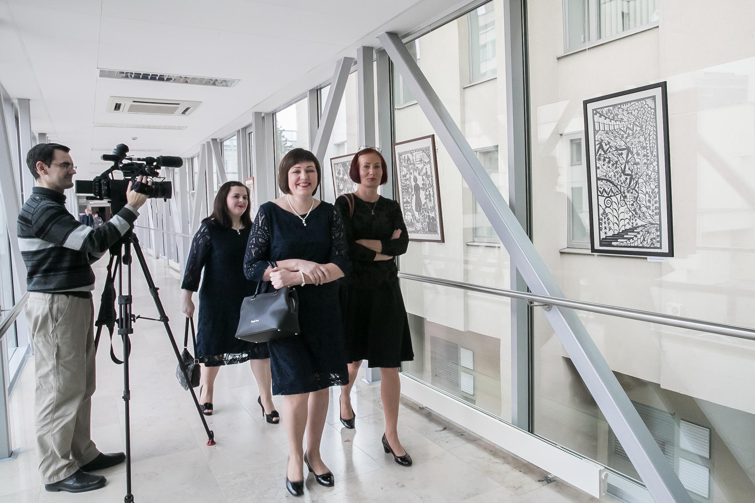 Kupiškio kultūros centro moterų vokalinis ansamblis ,,Duo'' Nidija Sankauskienė ir Sandra Guginienė, kartu su koncertmeistere Edita Dobrickiene apžiūri parodą | LRS kanceliarijos nuotr.