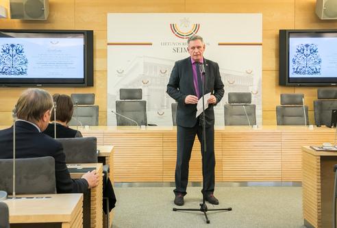 Seimo narys A.Šimas Seime pristato V.Jurevičienės parodą