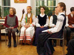 Ansamblio vadovė mokytoja Alvyda Česienė su savo ansambliečių grupe | A. Grigaitienės nuotr.