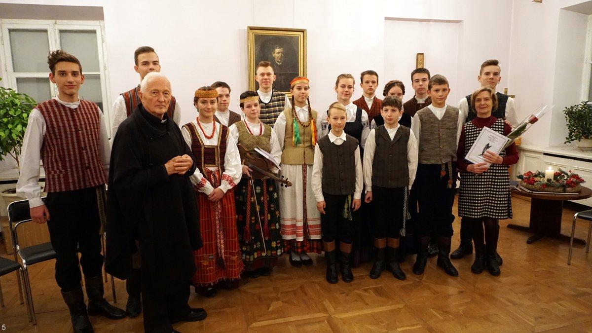 Ansambliečiai, jų vadovė ir aktyvus renginio dalyvis kunigas Kazimieras Ambrasas | A. Grigaitienės nuotr.
