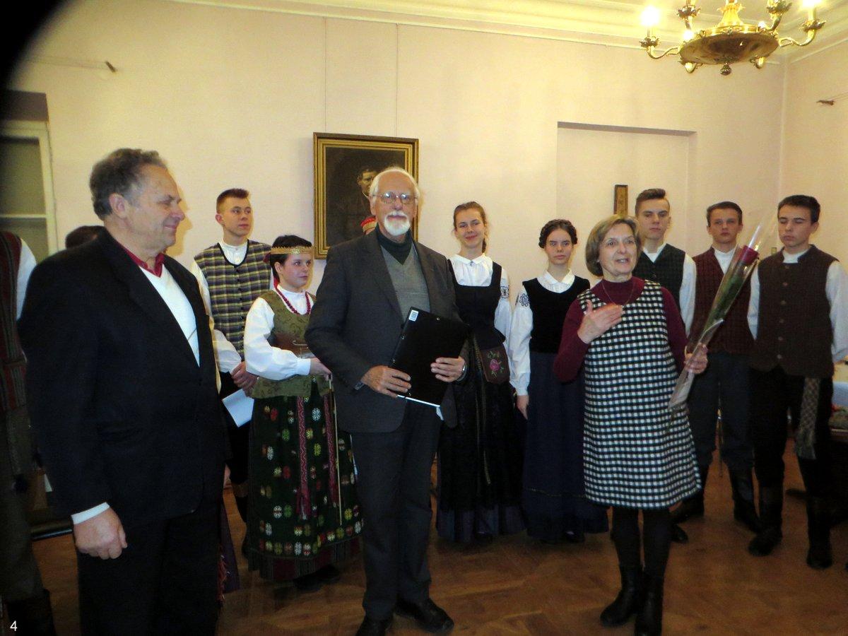 Ansamblio vadovė Alvyda Česienė bei ją pasveikinę popietės rengėjai Algimantas Kurlavičius ir Zigmas Tamakauskas | A. Grigaitienės nuotr.