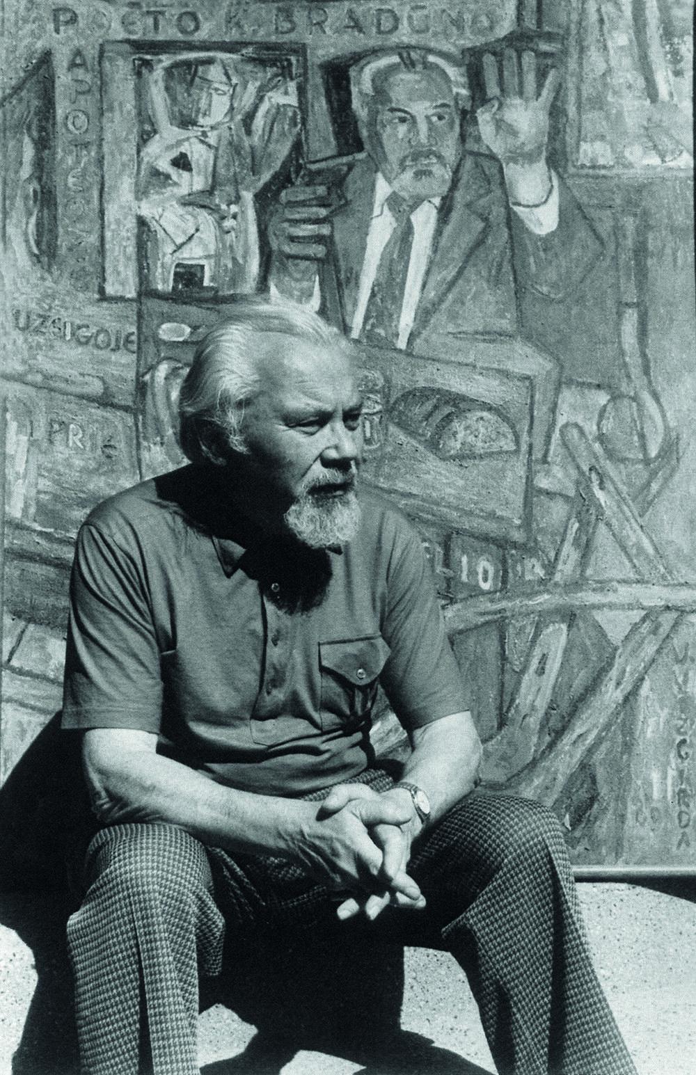 K. Bradūnas prie V. Vizgirdos tapyto portreto   Apie1983 Ieimos archyvo nuotr.