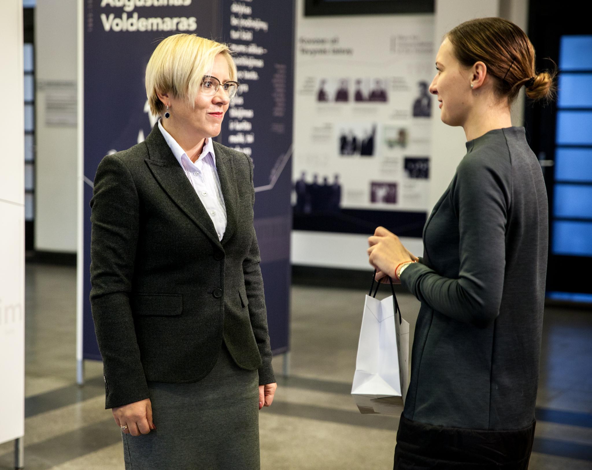 KTU Panevėžio fakulteto dekanė D. Žostautienė ir K. Aleksandravičiūtė | KTU nuotr.